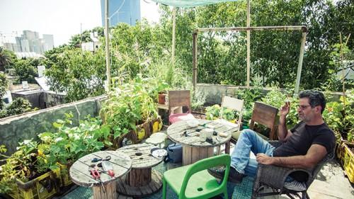 הורה כרוב והורה סלק, אייל שני על הגג. צילום: אנטולי מיכלאו