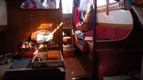 פנים הסירה בעת הפלגה. צילום: טניה רמניק ואורן טל