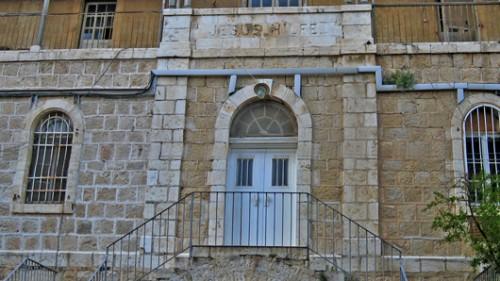 חזית בית המצורעים בירושלים. הכיתוב החרות הוא: Jesus Hilfe – עזרת ישועמתוך Wikipedia