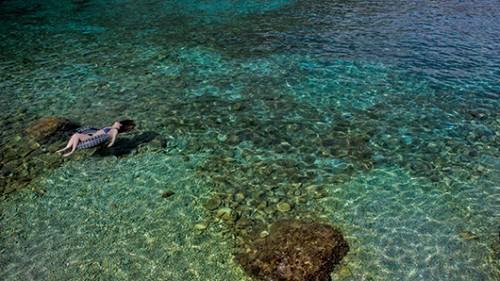 """מפרצים קטנים וים """"פלטה"""" בצידו המזרחי של האי. צילום: עודד וגנשטיין"""