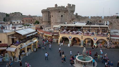 הכיכר המרכזית בעיר העתיקה של רודוס. מקוםמושלם לארוחה בזמן שקיעה. צילום: עודד וגנשטיין