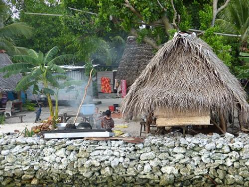 בתי הכפר עשויים מחומרי גלם מקומיים. המבנה נתמך על ידי גזע עץ פרי הלחם, הקירות בנויים ממחצלות השזורות מכפות דקלים והגגות עשויים מעלי פנדנוס. צילום: טניה רמניק ואורן טל