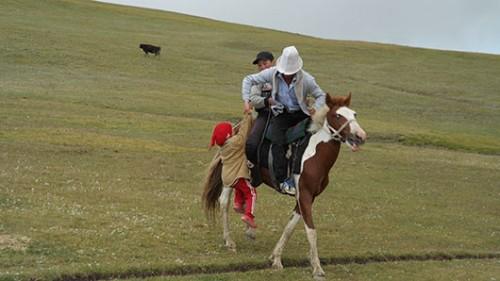 משפחה על סוס במרחבי אגם סונג קול. צילום: יגאל צור