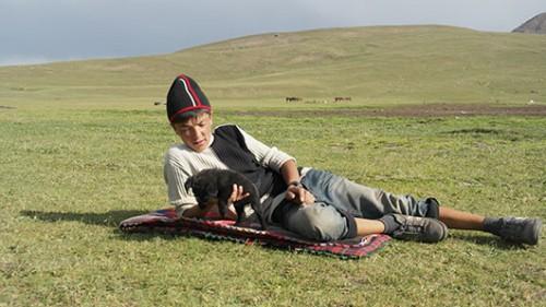 ילד משחק ליד סואוסאמיר. צילום: יגאל צור