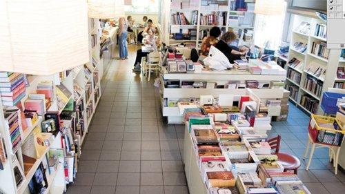 """תולעת ספרים, לא רק ספרים. צילום: יח""""צ"""