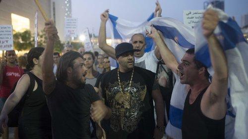 """יואב """"הצל"""" אליאסי בהפגנה בתל אביב (צילום: בן קלמר)"""