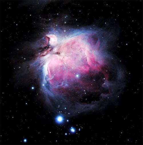 """הערפילית הגדולה באוריון – בית יוצר לכוכבים.הערפילית ממוקמת מדרום ל""""חגורה"""" של קבוצת הכוכבים אוריון, במרכז ה""""חרב"""". ממקום חשוך ניתן לראות אותה בעין בלתי מזוינת ככתם מעורפל. ערפילית אוריון היא אחד האובייקטים הפופולארים בקרב חובבי אסטרונומיה ובמחקריםצילום: מיכאל צוקראן"""