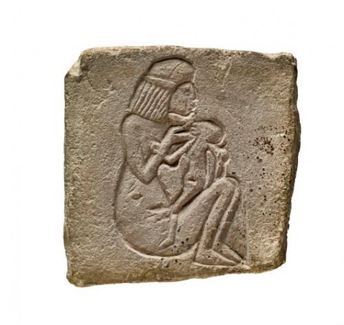 פסל אישה מניקה שהונח בסמוך למומיה של ילד בן שנתייםצילום: המוזיאון הבריטי