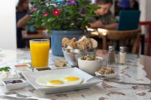 """ארוחת בוקר בקפה אחת העם. צילום: יח""""צ"""