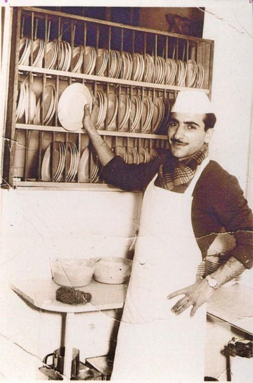 עזרא (עזורה) שרפלר במטבח המסעדה בשנות ה-60