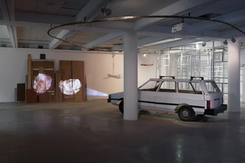 """""""חיתוך גס"""" של רועי מרדכי. מתוך התערוכה """"סביבות עבודה"""" (צילום: אלעד שריג)"""