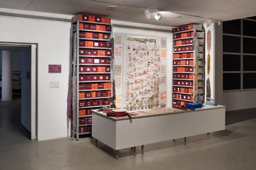 """""""אביזרי אופנה"""" של רעות פרסטר קנולר. מתוך התערוכה """"סביבות עבודה"""" (צילום: אלעד שריג)"""