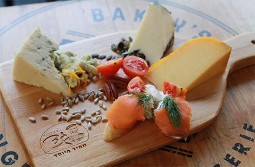 מגש גבינות בבייקר'ס. צילום: זיו ממון