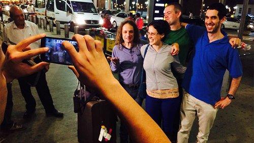 חצרוני נפרד מהמעריצים בשדה התעופה. צילום: אייל דץ