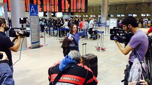 חצרוני נפרד מהמעריצים בשדה התעופה בעזיבתו לסין ב-2015. צילום: אייל דץ