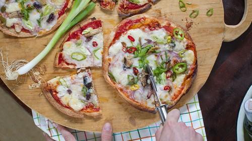פיצה עם מוצרלה, פקורינו, סרדינים וצ'ילי