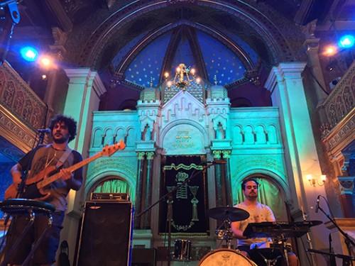 מימין: ניר מנצור ואיתמר ציגלר בבית הכנסת העתיק בקרקוב. צילום: גיא חג'ג'