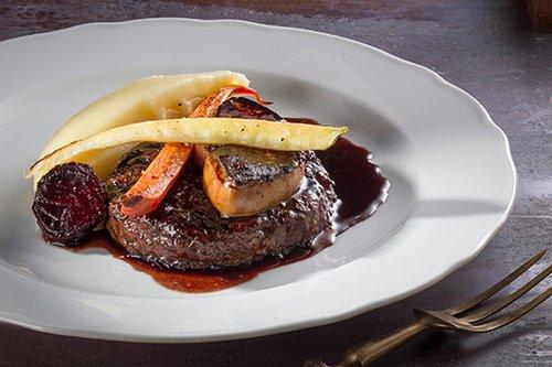 תפריט פופ אפ. המבורגר עם כבד אווז במסעדת פאסטל (צילום: אנטולי מיכאלו)