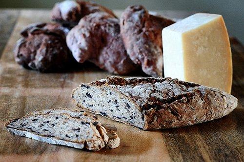 לחם זיתים של הגלוטרייה (צילום: מיכל רביבו)