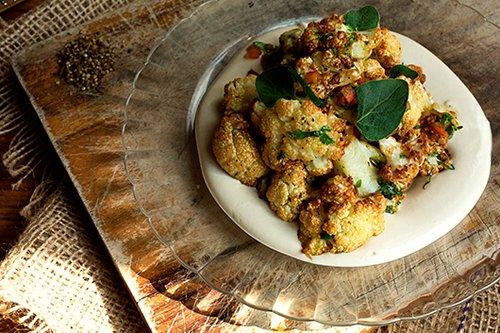 כרובית מטוגנת על טחינת יוגורט, עשבים ושאטה. מטבח לילה, צילום: רונן מלחן