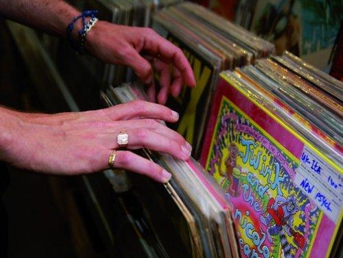 קזבלן. שלומי שבן בחנות התקליטים ביסייד (צילום: זיו ממון)