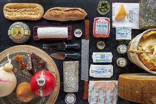 מבחר גבינות וחמאות במעדניית אגת'ה (צילום: אנטולי מיכאלו)