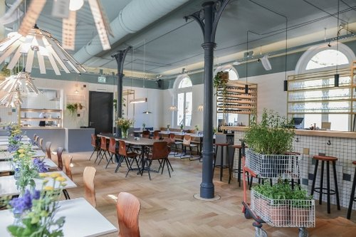 מסעדת Instock באמסטרדם. מכינים אוכל ממזון שעומד להיזרקצילום: Hanna Hachula