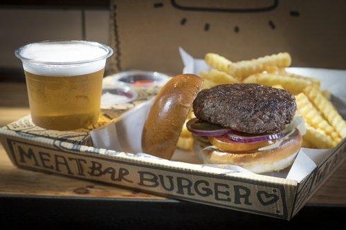 המבורגר עסיסי ב-Meat Bar (צילום: אנטולי מיכאלו)