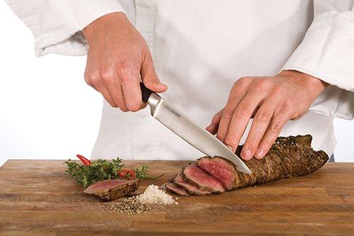 """סדנה לשימוש מקצועי בסכיני שף בשוק הנמל (צילום: יח""""צ)"""