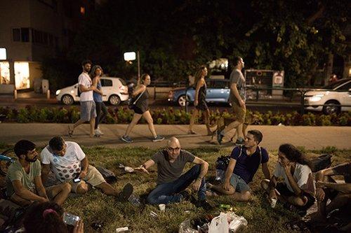 אלדד יניב עם פעילי המחנה החדש ברוטשילד (צילום: בן קלמר)