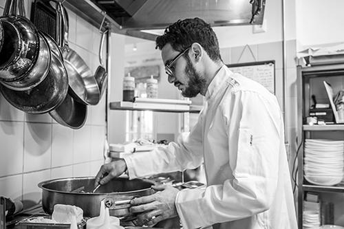 דלאל במטבח. צילום: אנטולי מיכאלו