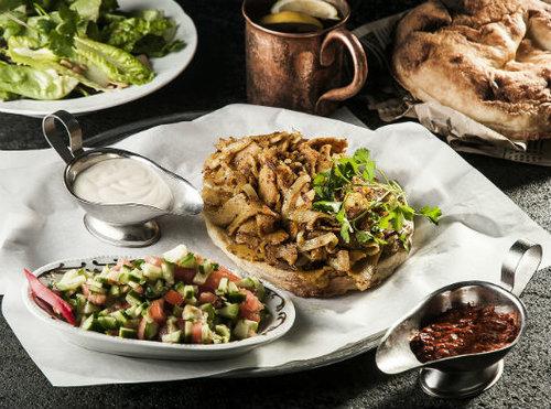 """ננוצ'קה: שווארמה בקר עם ירקות על תבשיל פפריקה ויוגורט כבשים. בואו לתת! צילום: יח""""צ"""