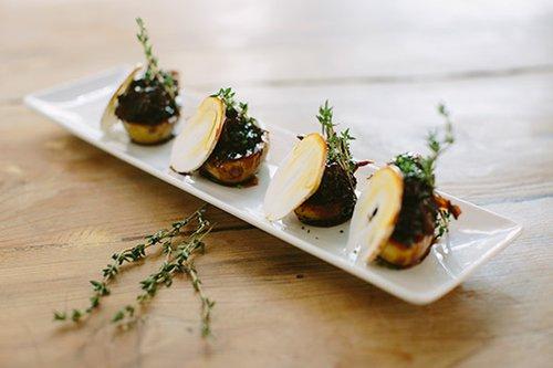 Round Tables: זנב שור ממולא בתפוחי אדמה. מנה ממסעדת TRICICLO