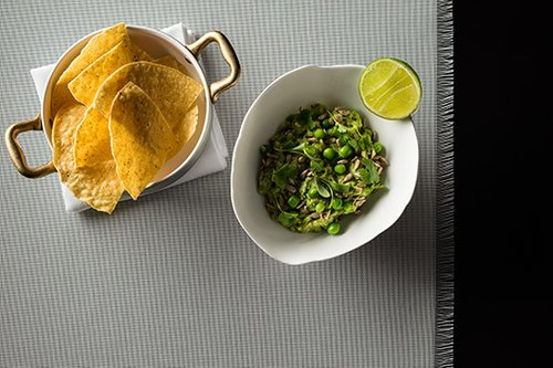 Round Tables: טורטיות חמימות ופריכות עם גוואקמולי אפונה. מנה של מסעדת Matador