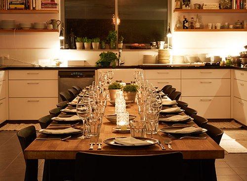 השולחן ערוך ומחכה לאורחים. ארוחת EatWith אצל אבנר לסקין בבית. צילום: מתן כץ