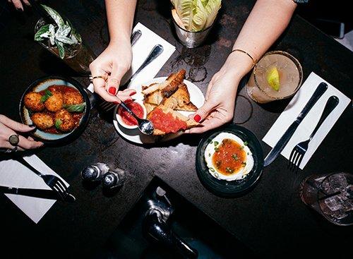לאבנה עם מיץ עגבניות וצ'ילי, לחם קלוי ועגבניות, כדורי ריזוטו עם סלסת עגבניות. צילום: גל יצחק