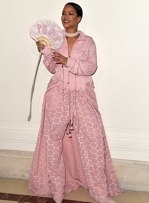 ריהאנה מדגימה שילוב ראוי בין בגדי ספורט לביגוד אלגנטי. צילום: גטי אימג'ס