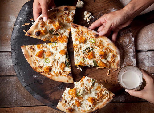 """מי שאוכל לבד אוכל יותר, פיצה פאצו. צילום: יח""""צ"""