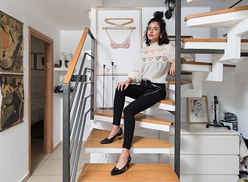 קארין זלאיט בדירתה. צילום: נמרוד סונדרס