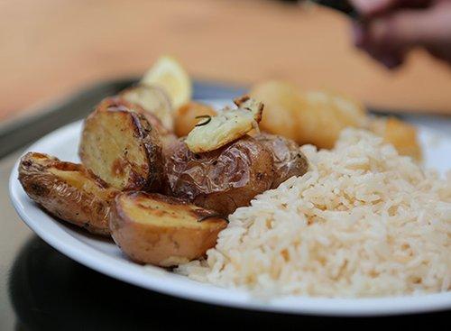 """תפוחי אדמה מתובלים, דג ואורז. """"קפה נטו"""" בפקולטה למדעי הרוח (צילום: אורית פניני)"""