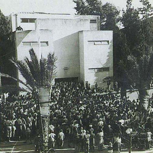 מעניין מה תהיה עיר הבירה. קהל מחוץ לביתו של דיזנגוף ביום ההכרזה