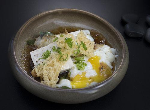 טופו משי וביצת אונסן ביא- פאן. צילום: יפית שמחה