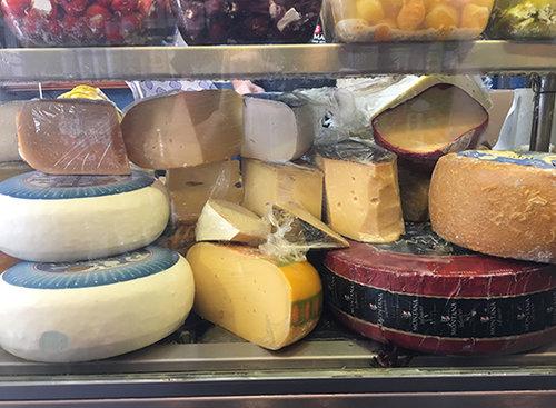 גבינות וקוויאר, מה רע? מעדניית יום טוב. צילום: מרב סריג