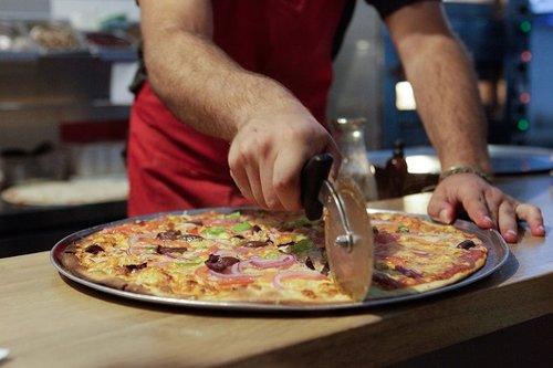גם פיצה וגם חברתית. פיצה פיפל. צילום: נטע לאופר