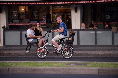 רק לא על המדרכה, באמא שלכם. אופניים חשמליים בתל אביב (צילום: בן קלמר)