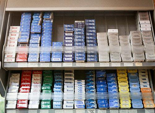הברירה הטבעית? קופסאות סיגריות בפיצוציה בעיר (צילום: אריאל אפרון)