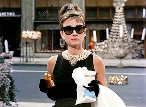 """אודרי הפבורן ב""""ארוחת בוקר בטיפני"""". צילום מסך מתוך הסרט"""