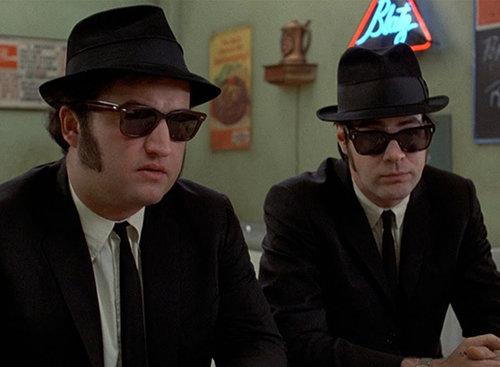"""ג'ון בלושי ודן אקרויד בסרט """"האחים בלוז"""". צילום מסך מתוך הסרט"""