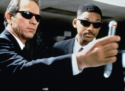"""וויל סמית' וטומי לי ג'ונ בסרט """"גברים בשחור"""". צילום מסך מתוך הסרט"""