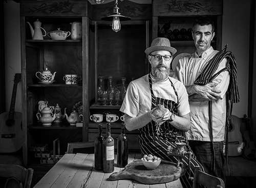 הפרייה הדדית. אייל סניור (מימין) ויוגב ירוס, מטבחצר. צילום: אנטולי מיכאלו